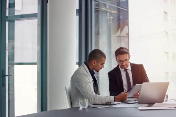 2 homens conversando sore gestão integrada